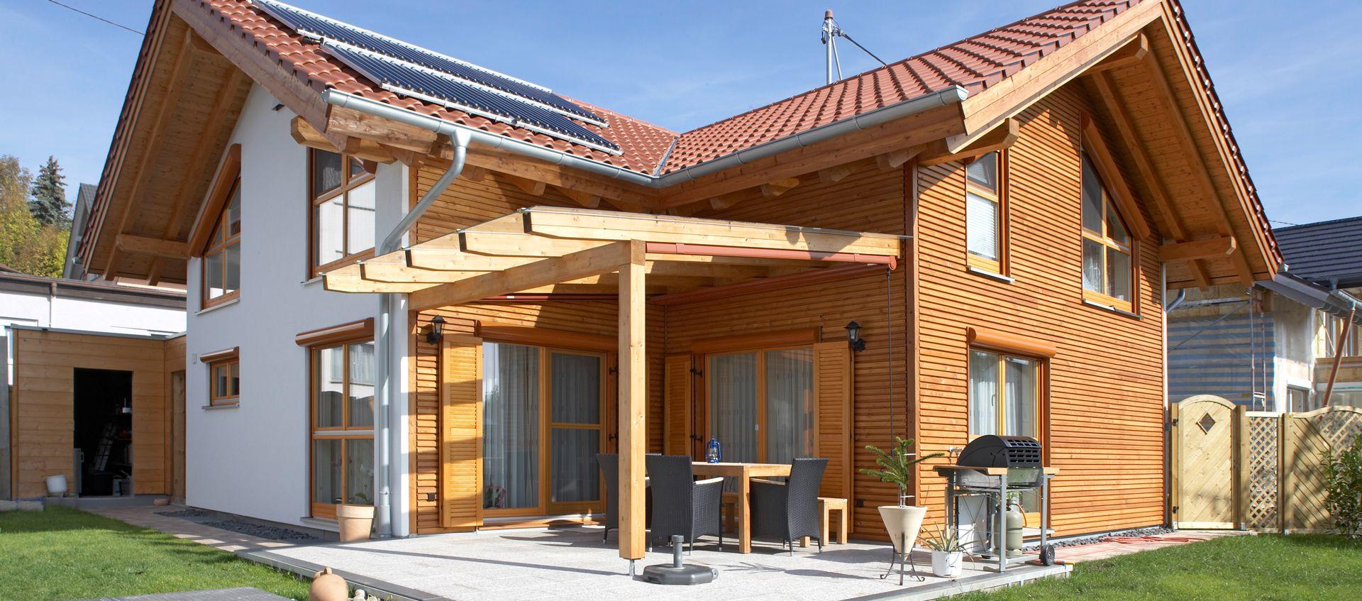 Modernes Holzhaus gebaut mit der Holzmauer, teilweise verputzt