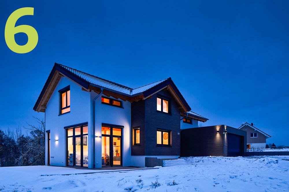 Vorderansicht modernes Holzhaus in der Dämmerung