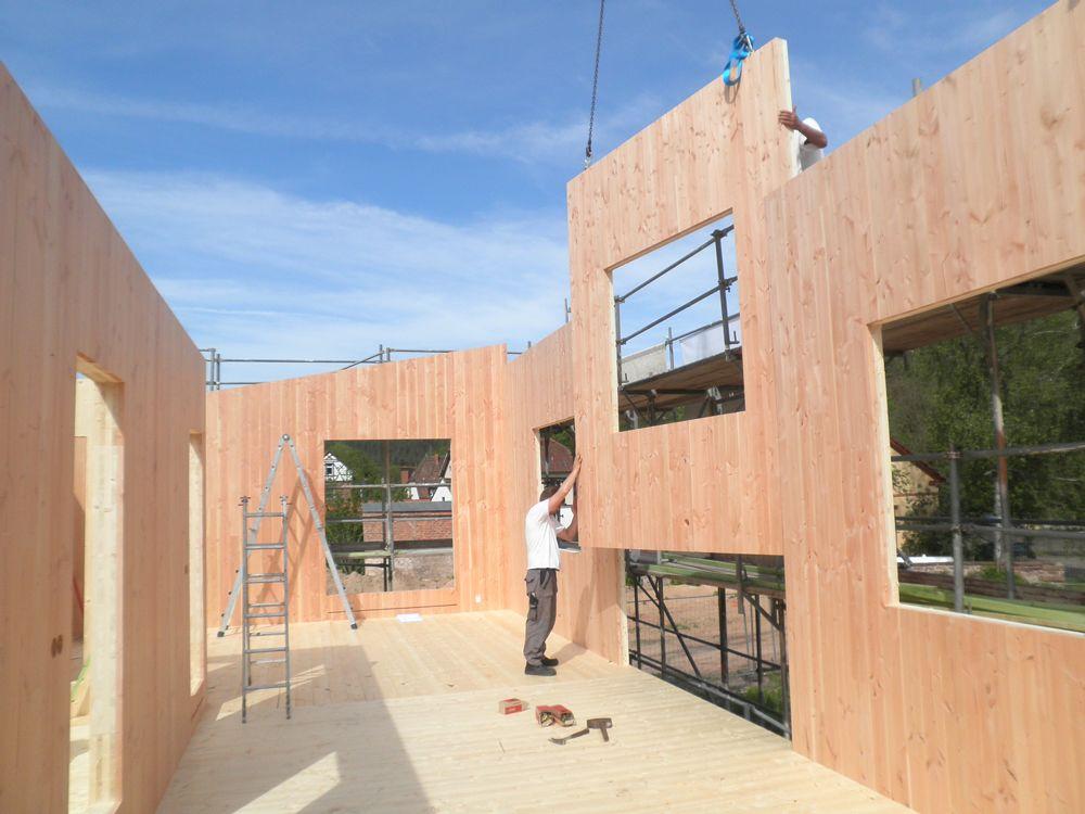 Der Rohbau des Massivhauses aus Holz steht durch die Vorfertigung in nur wenigen Tagen.