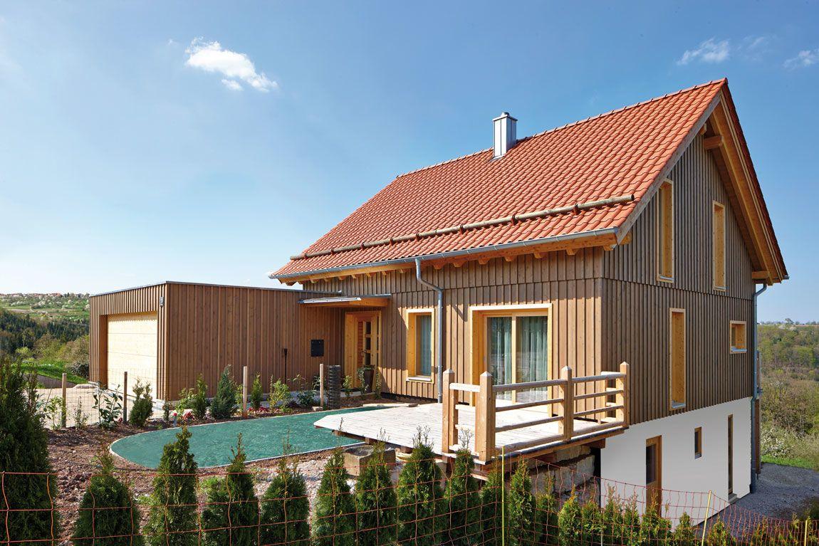 Holzhaus mit Pool im Garten
