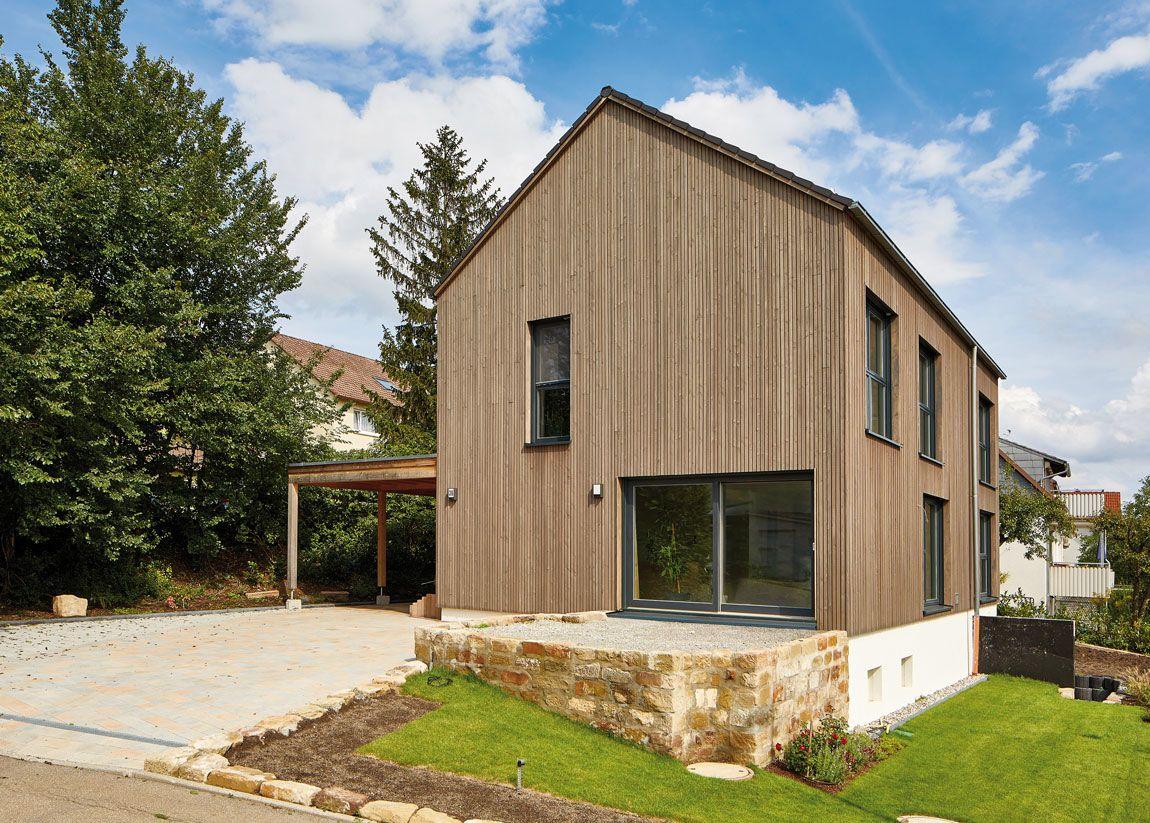 Holzmauer-Haus gebaut in Massivbauweise mit Holzverschalung