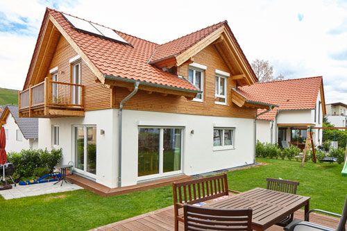 Mit der Holzmauer massiv gebautes Einfamilienhaus