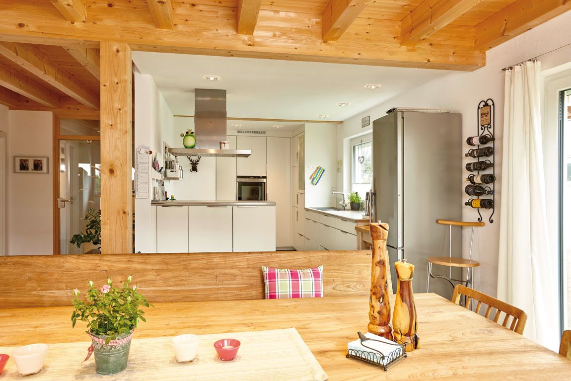 Esszimmer und Küche in einem Holz-Massivhaus