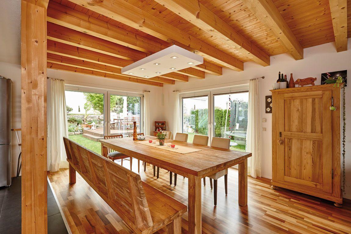 Esszimmer in Holz-Optik in einem Holz-Massivhaus