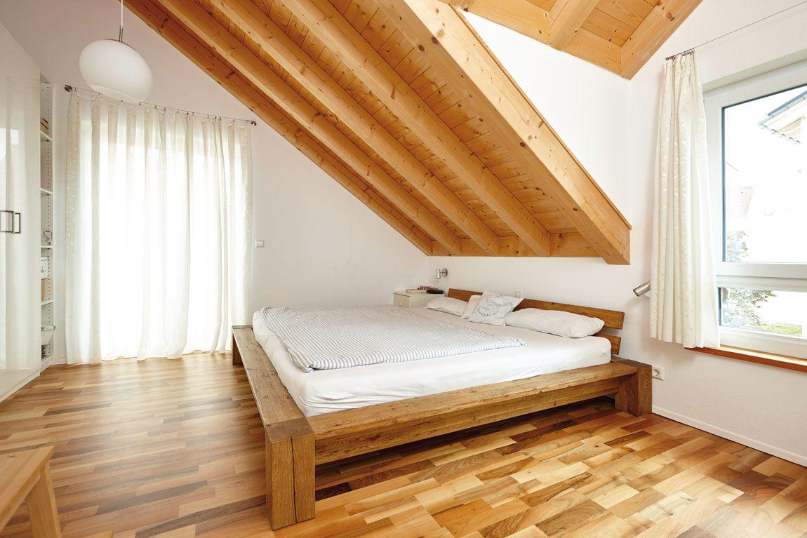 Schlafzimmer in Holz-Optik in einem Holz-Massivhaus