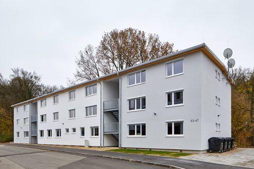 Massiver Holzhausbau mit der Holzmauer; Mehrfamilienhaus mit mehreren Wohneinheiten