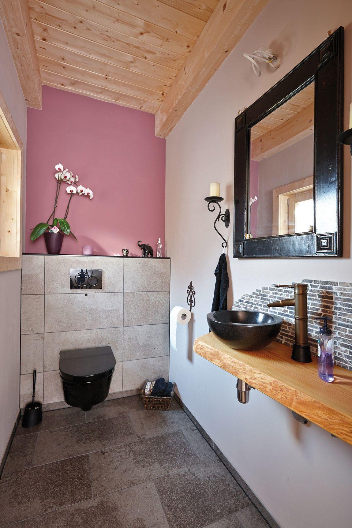 Innenansicht WC/Toilette in einem Haus gebaut mit der Holzmauer