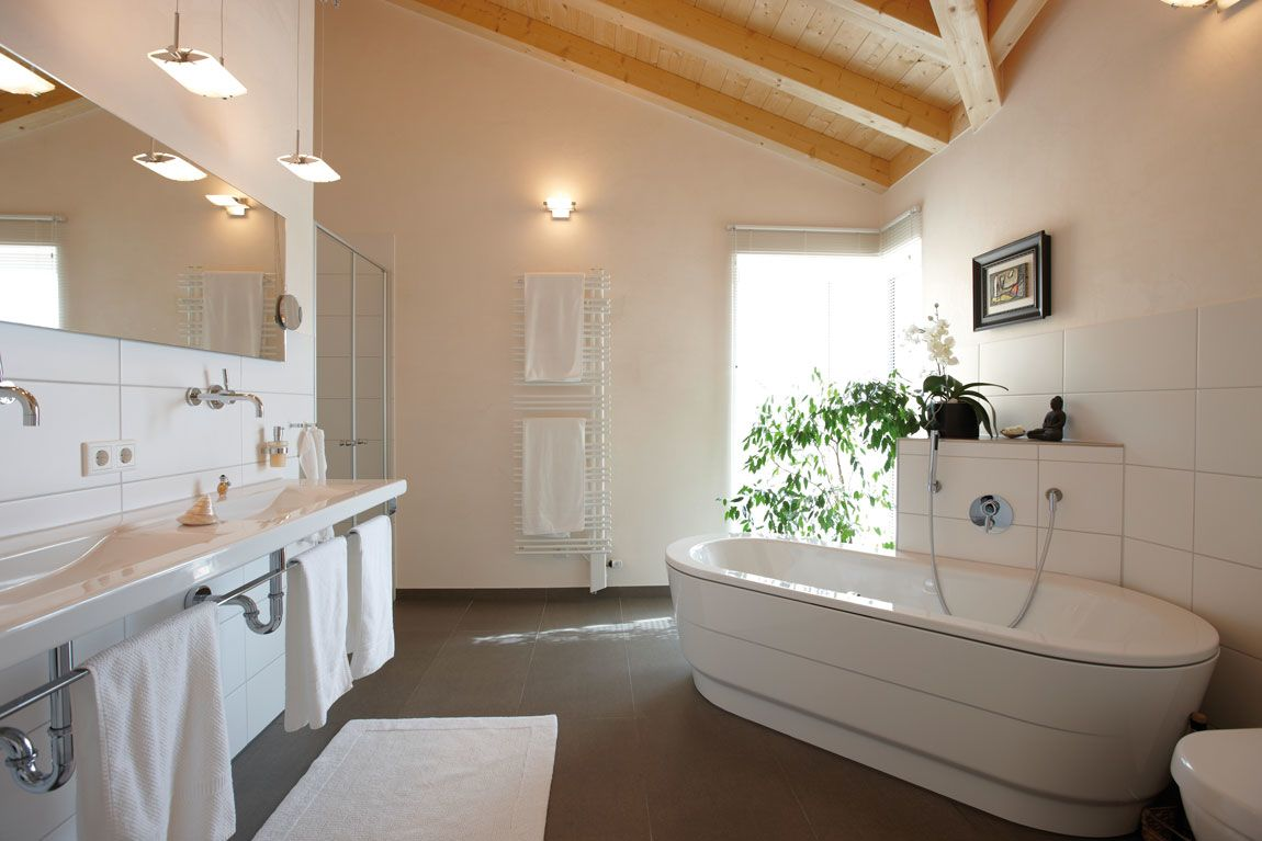Helles, großzügiges Badezimmer im Holzhaus