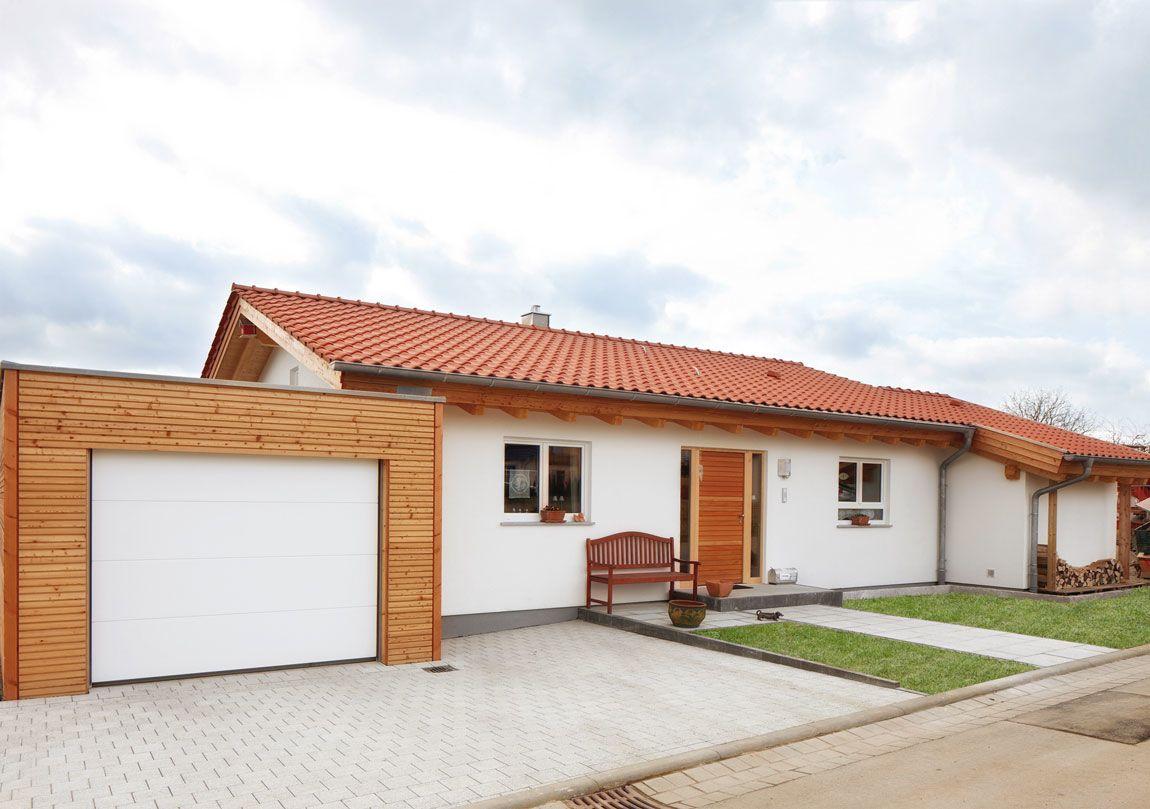 Vorderansicht einstöckiges Holzhaus mit Garage