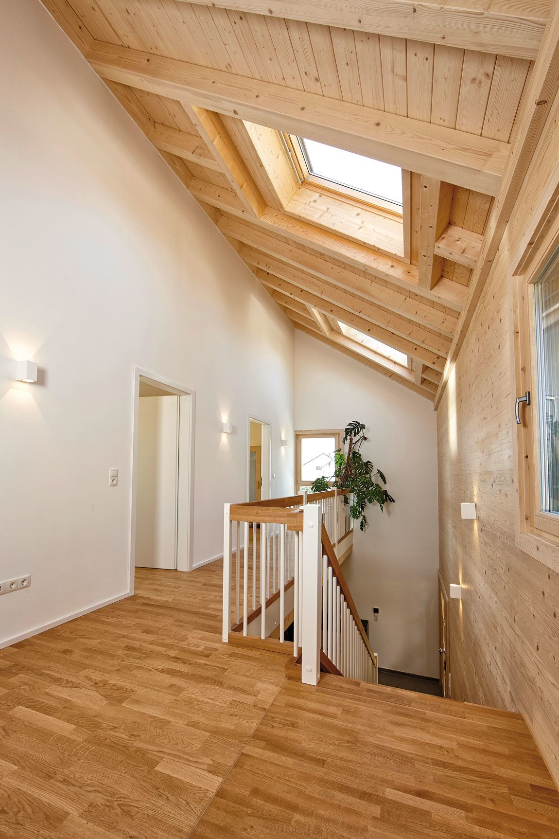 Flur, Treppenaufgang im Dachgeschoss eines Holzhauses in Massivbauweise gebaut mit der Holzmauer