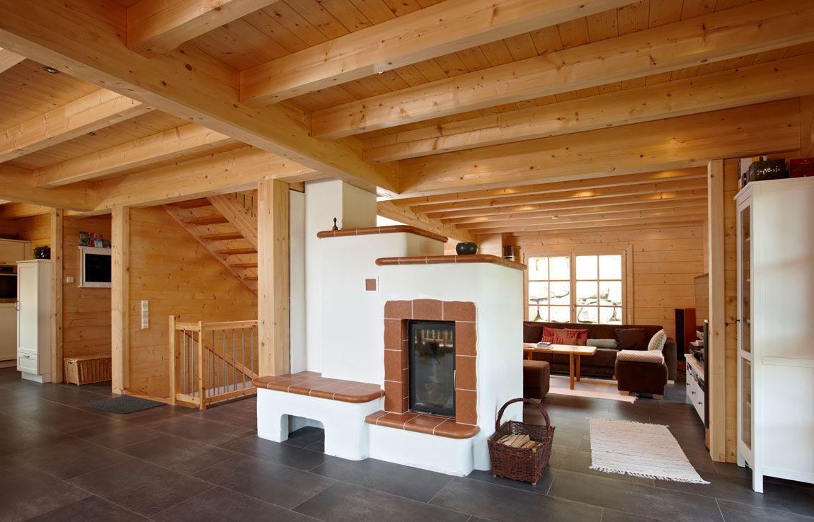 Wohnbereich mit Kamin im Haus in Blockbauweise