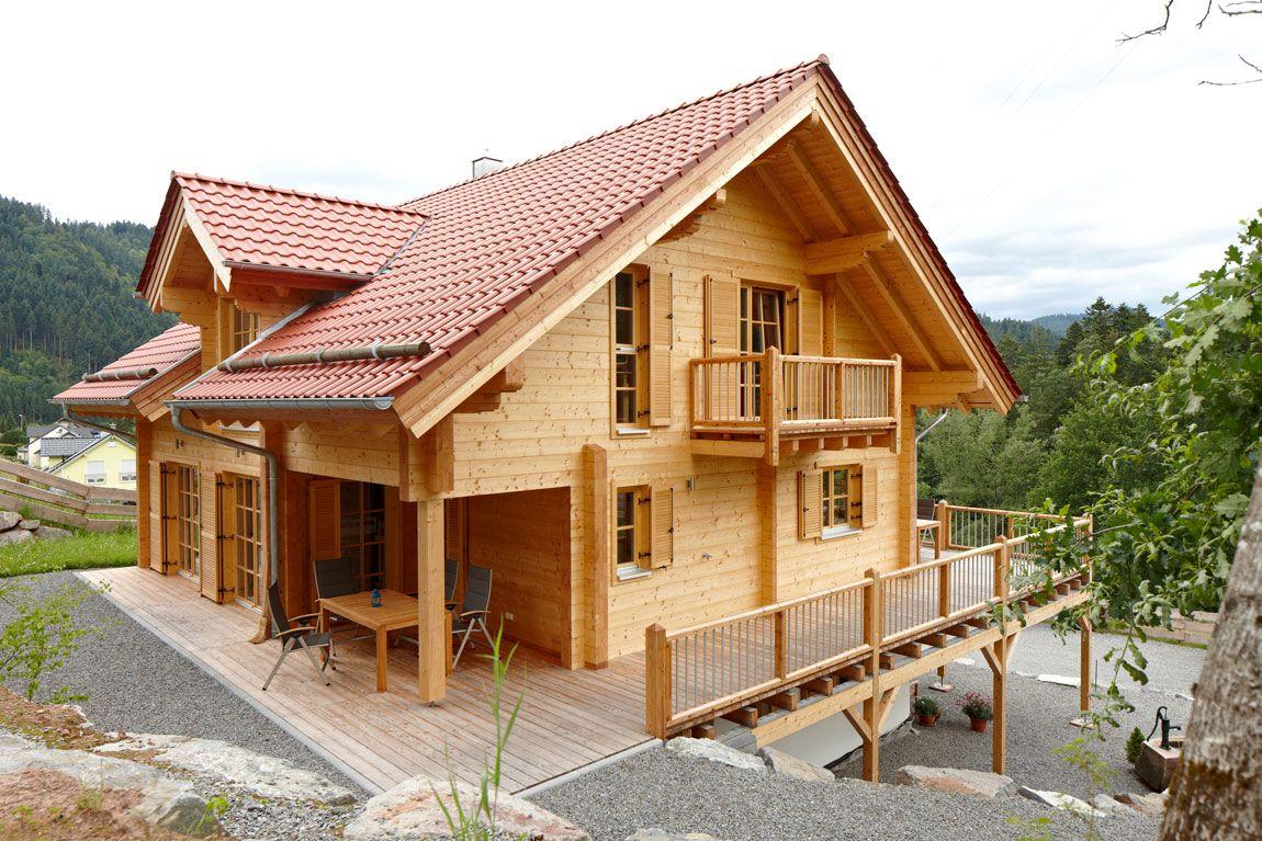 Haus in Blockbauweise mit großem Balkon