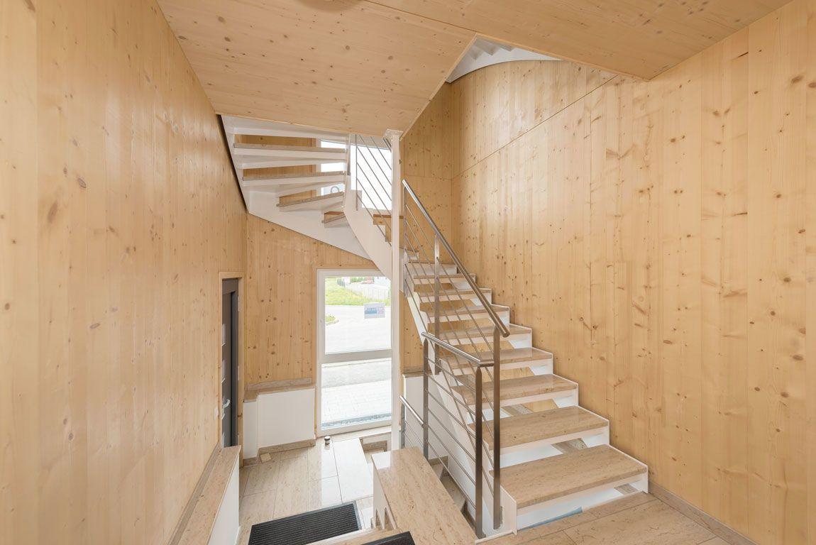 Treppenhaus eines Bürogebäudes, gebaut mit der Holzmauer