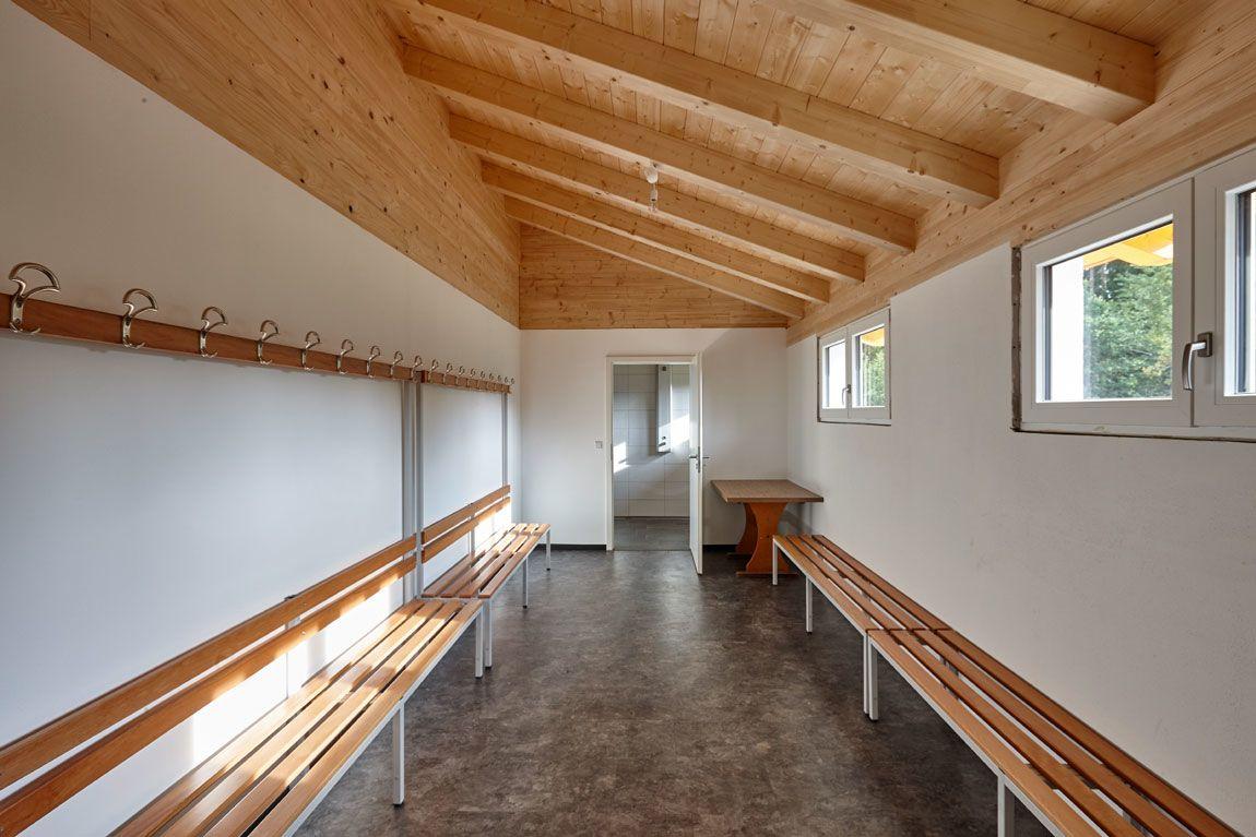 Umkleide eines Vereinsheims/Gewerbebaus gebaut mit der Holzmauer